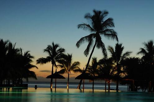 wunderschöner Sonnenuntergang auf der Insel Mauritius, direkt am Pool geniessen