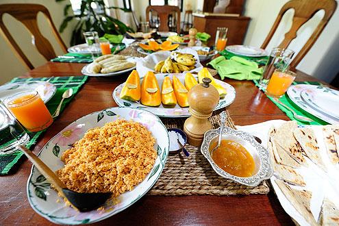 ein reichhaltiges Buffet mit köstlichen Currys, Reis, Chutneys und Mango Lassi auf der Insel Sri Lanka