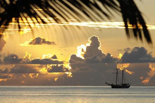 dem Sonnenuntergang entgegen mit unendlichem Weitblick auf den Indischen Ozean