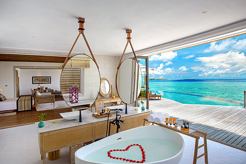 Romantisches Bad in einer Wasser Villa auf der Insel Milaidhoo