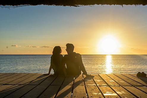 auf einer Insel im indischen Ozean den Sonnenuntergang geniessen