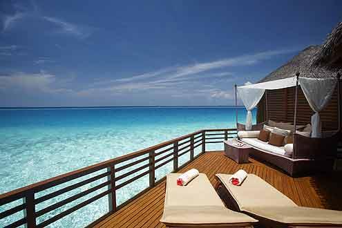 grosszügige Terrasse einer Wasser Villa auf Baros Maldives